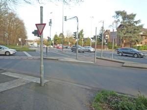 Militärring - nach der Fahrbahnsanierung haben jetzt die Autos dort Vorfahrt vor dem Radverkehr!